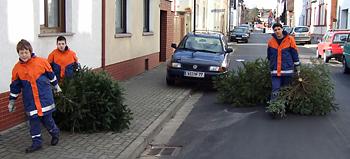 Die Jugendfeuerwehr holt Ihren Baum direkt vor der Haustür ab